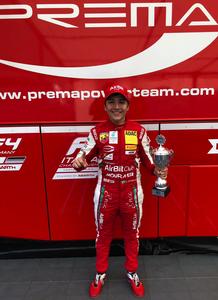 Enzo Fittipaldi com troféu conquistado na Alemanha