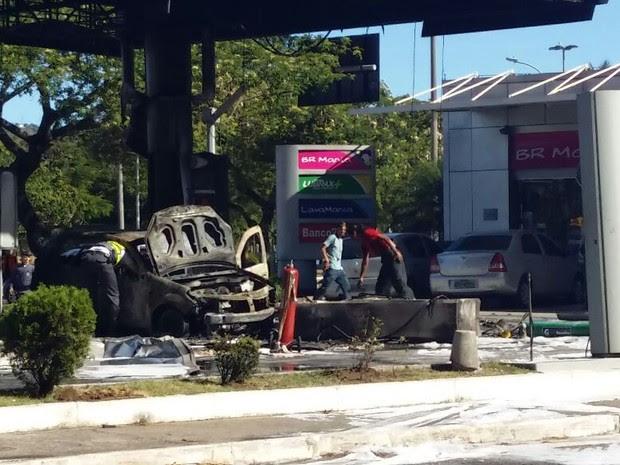 Carro pegou fogo após bater em posto em Vitória (Foto: Glacieri Carraretto/Notícia Agora)