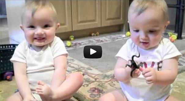 Δίδυμα μωρά κοροϊδεύουν το φτέρνισμα του μπαμπά