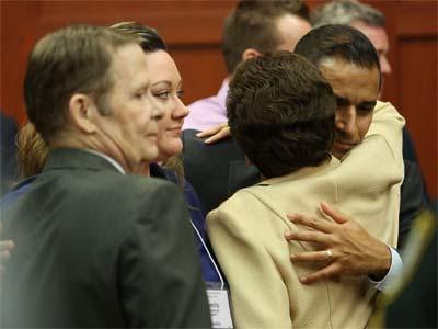 Zimmerman se abraza a un familiar tras escuchar el veredicto.