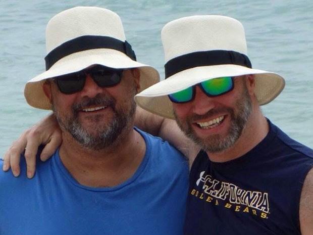 O brasileiro Claudio Manoel Villaça Vanetta (à esq.) com o companheiro Glenn Thomas (Foto: Reprodução/Facebook/Claudio Manoel Villaça Vanetta)
