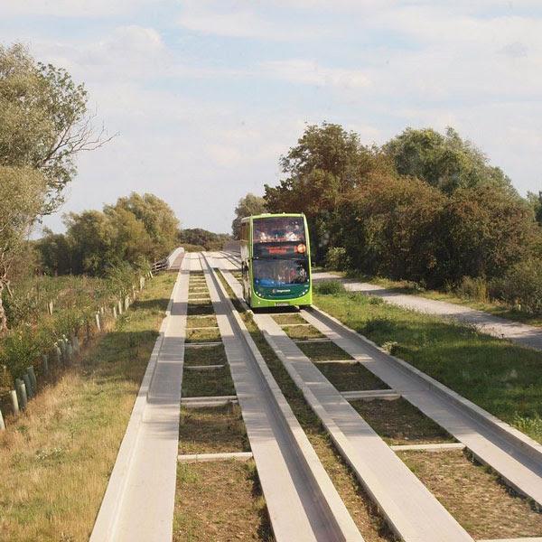 perierga.gr - Λεωφορειόδρομος διατρέχει την αγγλική επαρχία!