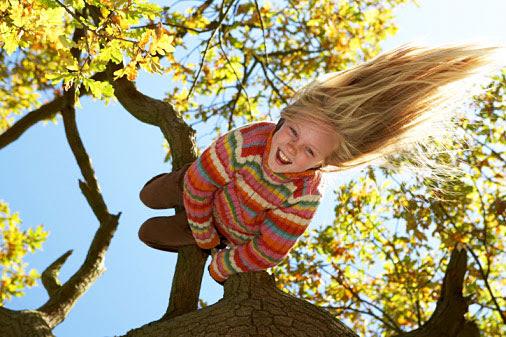 Foto de una niña feliz, despeinada