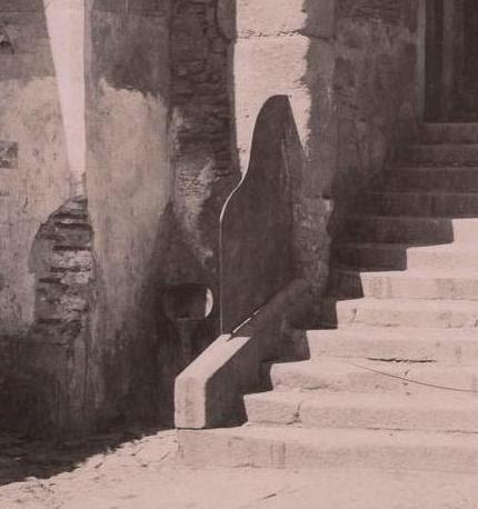 Urinario junto al Arco de la Sangre (Toledo) a finales del siglo XIX. Fotografía de Rafael Garzón (detalle)