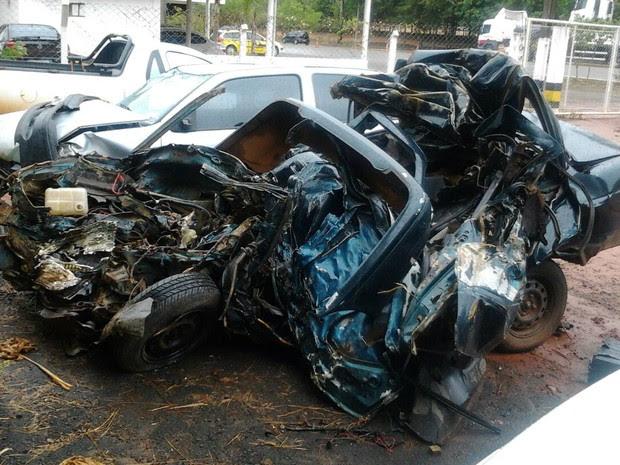 Carro onde estavam os jovens que morreram ficou destruído (Foto: Divulgação/PRE)
