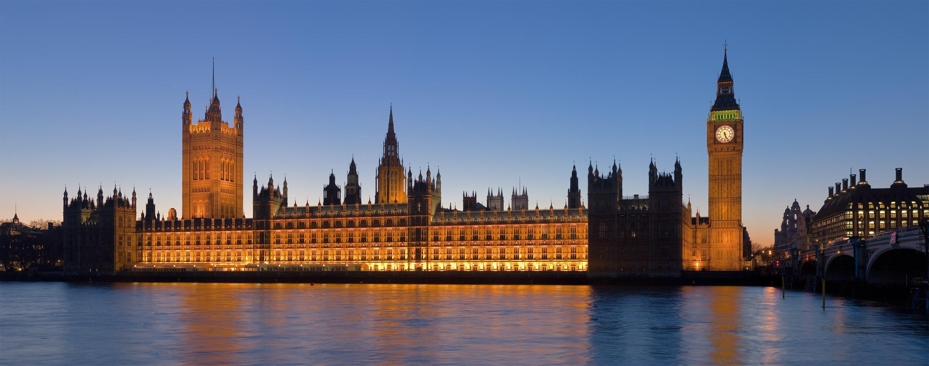 O Palácio de Westminster visto através do doce Tamisa onde o poeta Eliot escreveu a Terra Desolada.