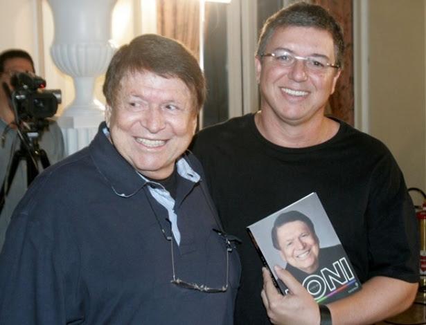 """Pai e filho juntos no lançamento de """"O Livro do Boni"""", no qual o ex-executivo relata suas memórias"""