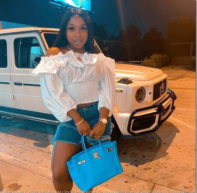 Reginae Carter mostra seu look em frente de uma Mercedes-Benz branca