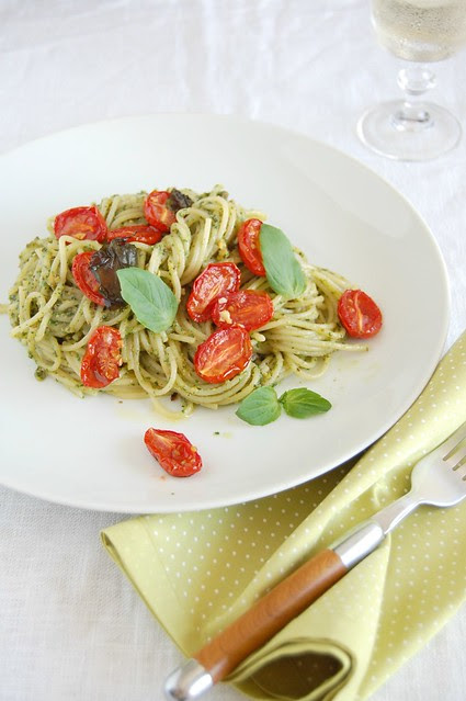 Spaghetti with pistachio pesto and roasted cherry tomatoes / Espaguete com pesto de pistache e tomates cereja assados