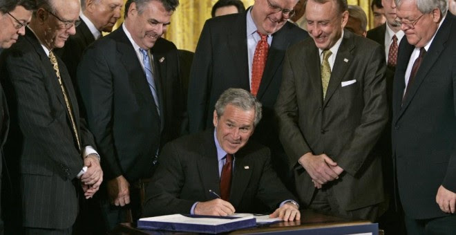 El entonces presidente de los Estados Unidos, George W. Bush, firma la renovación de la Patriot Act en 2006, un día antes de que 16 medidas principales de la ley expirasen. PAUL J. RICHARDS / AFP