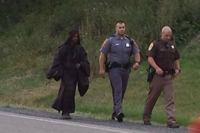 'La mujer de negro' acompañada de la policía