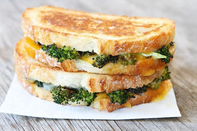 Brócoli asado Receta queso a la parrilla en twopeasandtheirpod.com una gran manera de comer el brócoli!