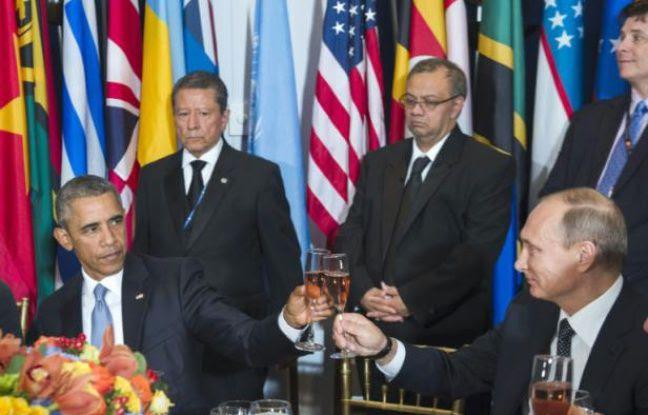 Le président américain Barack Obama trinque avec son homologue russe Vladimir Poutine lors d'un déjeuner organisé par le secrétaire général de l'ONU, le 28 septembre 2015 au siège new-yorkais de l'organisation