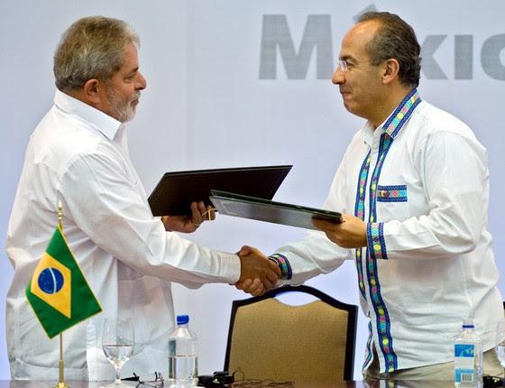 O ex-presidente Lula com o então presidente do México,Felipe Calderon (Foto: OMAR TORRES/AFP)