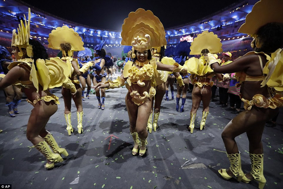 Os dançarinos vestiram trajes elaborados e coloridos pelo seu desempenho no final da noite
