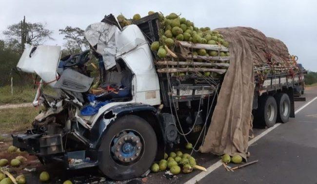 Quatro pessoas morrem em grave acidente entre caminhão e carreta