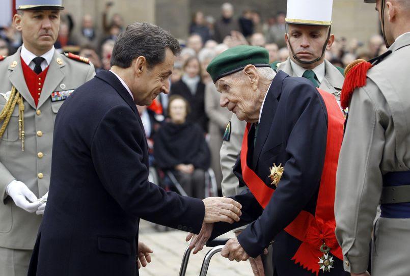 Le 28 novembre 2011, Nicolas Sarkozy remet la grand-croix de la Légion d'honneur à Hélie Denoix de Saint Marc.