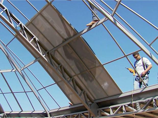 Construtora começou a cobrir estrutura do Memorial do ET em Varginha (Foto: Reprodução EPTV)