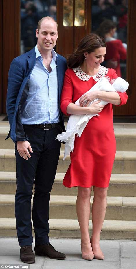 El Príncipe William y Kate parecían encantados fuera del Lindo Wing cuando lo presentaron al mundo