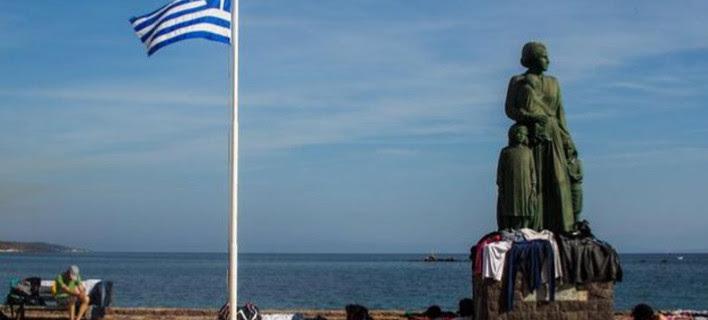 Βανδάλισαν άγαλμα για τους πρόσφυγες στη Μυτιλήνη