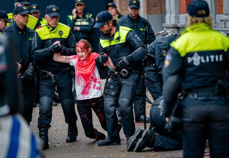 Zestien mensen opgepakt na klimaatdemonstraties Den Haag