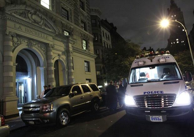 Carro da polícia em frente ao apartamento em que ocorreu o crime (Foto: AP)