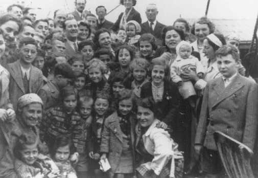 """Pasajeros abordo el barco """"St. Louis"""". Estos refugiados de la Alemania nazi fueron forzados a volver a Europa después que Cuba y los Estados Unidos les negaron refugio. Mayo o junio de 1939."""