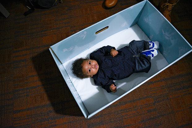 Bless'n, de 3 meses, o primeiro a ganhar a caixa de papelão que faz a vezes de berço