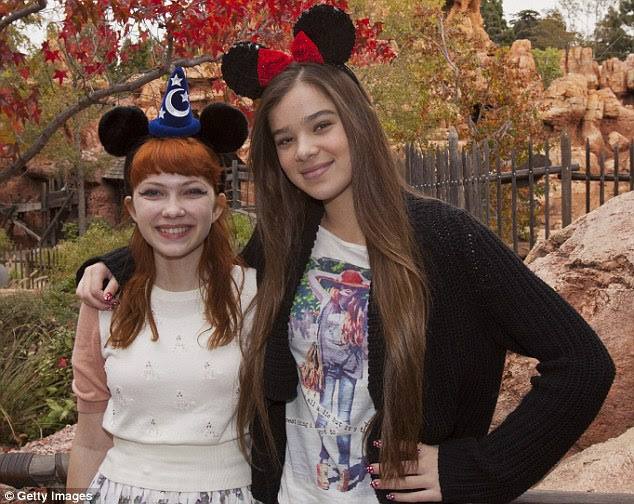 Apenas uma criança: Hailee Steinfeld (direita) posa com moda blogger Tavi Gevinson na Disneylândia no início deste mês
