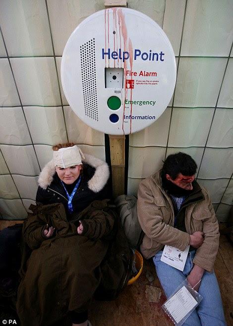 Ανίκανος να κινηθεί: Δύο εθελοντές να καθίσει με επιδέσμους στο κεφάλι τους κατά τη διάρκεια της άσκησης