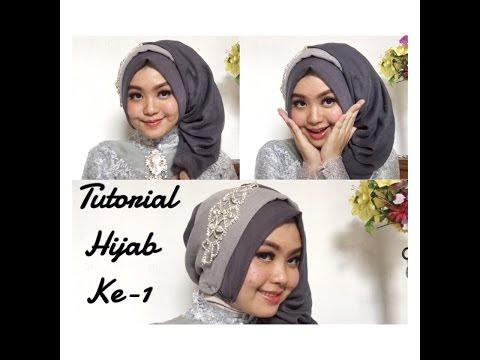 VIDEO : #4 tutorial hijab segi empat paris rawis wisuda pesta kondangan simple by @olinyolina part i - hijabyang dibutuhkan : - segiempat rawis glitter - segiempat paris . make-up by me . inspired by my ownhijabyang dibutuhkan : - segiemp ...