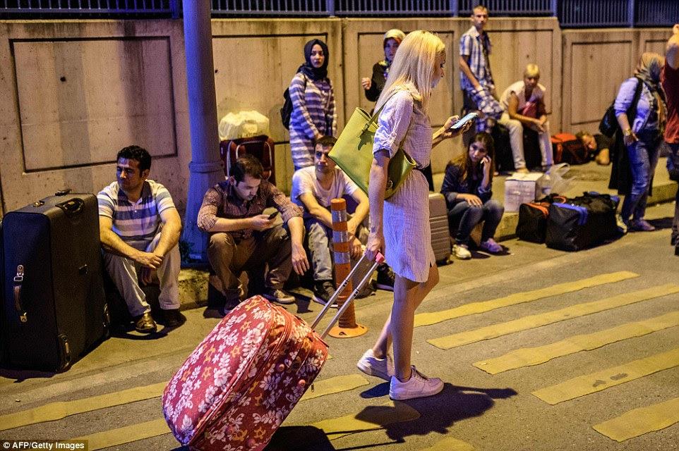 Todos os vôos do aeroporto foram cancelados após o terrível ataque na noite de terça, que viu quase 240 pessoas feridas