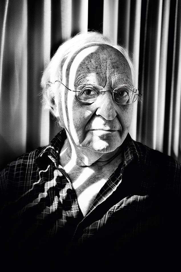 O artista Abraham Palatnik, 85, posa em sua casa na Urca, no Rio de Janeiro (RJ)