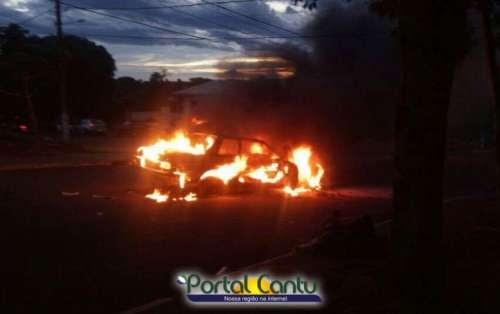 Ibema - Veículo é tomado pelas chamas na rua Maranhão