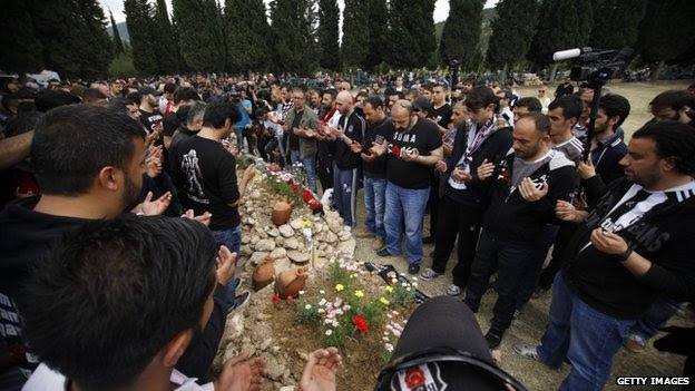 Relatives of the miners pray in the cemetery in Soma on 16 May 2014
