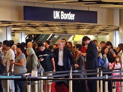 Imagen de una fila de viajeros en la aduana del aeropuerto de Heathrow en Londres.