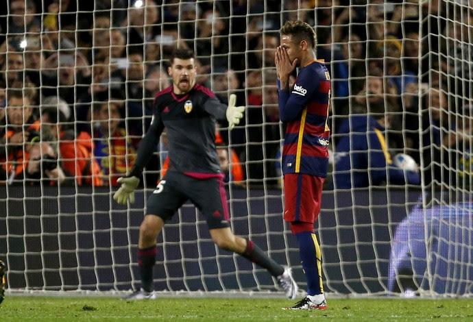 Neymar perde pênalti Barcelona x Valencia (Foto: EFE)