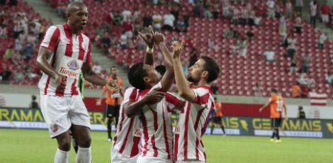 Alvirrubros comemoram um dos quatro gols na Arena Pernambuco / Bobby Fabisak/JC Imagem