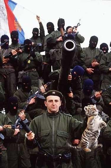 Zeljko Raznatovic, γνωστος ως Arkan,ποζάρει με τη μασκότ της παραστρατιωτικής του μονάδας.