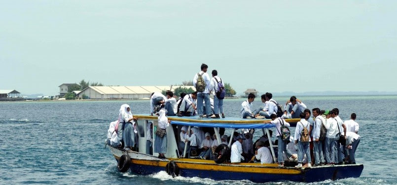 Sejumlah siswa sekolah naik di atas perahu pulang ke pulau di Kepulauan Seribu dari Dermaga Pulau Pramuka, Jakarta, Jumat (17/2). (Republika/Wihdan Hidayat)