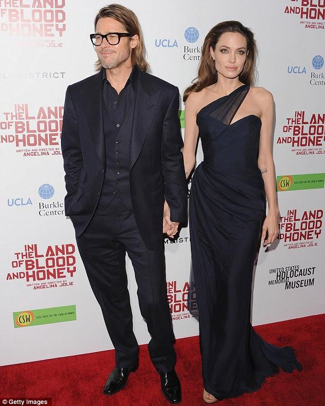 De perto e pessoal: Brad Pitt e Angelina Jolie chegam à premiere de Los Angeles de seu filme In the Land of Blood and Honey no Teatro Arclight hoje à noite