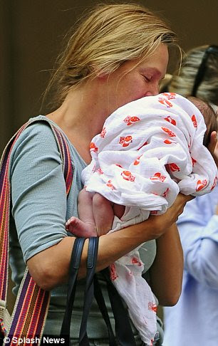Bebek aşk: o bir aylık öper dikildi olarak üç makyaj ücretsiz annesi sevindi baktı