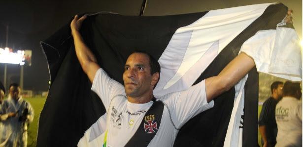 Edmundo durante a despedida com a camisa do Vasco no início deste ano: cobrança