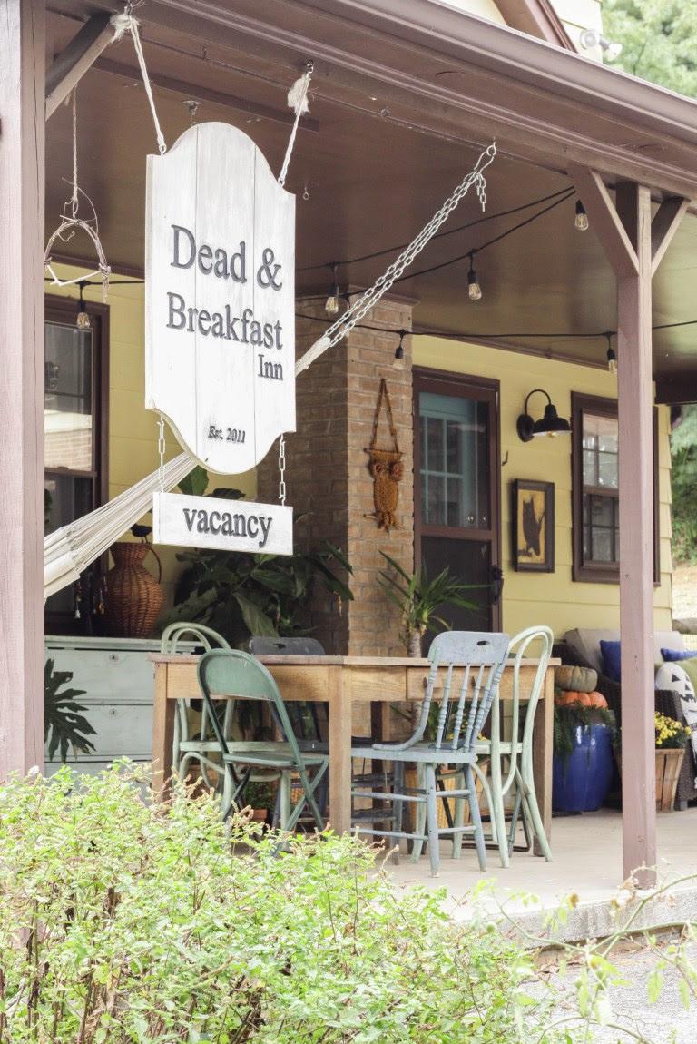 Halloween-Porch-Dead-And-Breakfast-Sign-cassie-bustamante DIY halloween decorations
