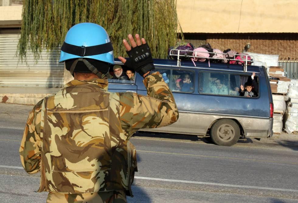 Un soldado de Unifil saluda a un autobús escolar en Adaisseh, al sur de Líbano, en diciembre.