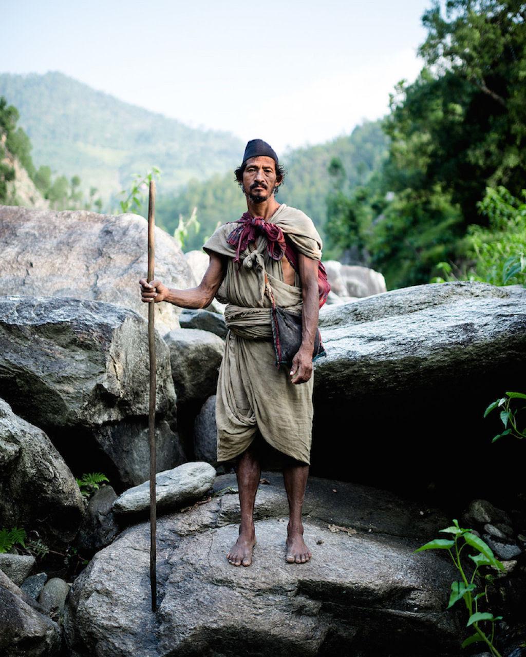 Fotógrafo documenta os últimos caçadores-coletores de tribo do Himalaia 01