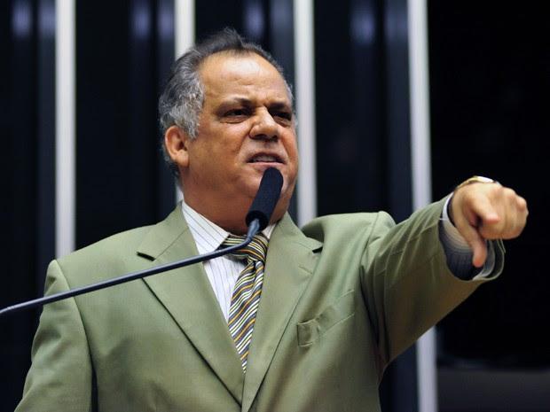 O deputado Carlos Alberto Leréia (PSDB-GO) faz a própria defesa em discurso na tribuna da Câmara (Foto: Gustavo Lima / Agência Câmara)