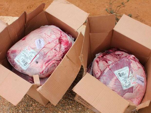 No lugar de batatinhas congeladas, suspeitos tentaram levar carne bovina e desfiados de grango (Foto: Marcelino Neto)
