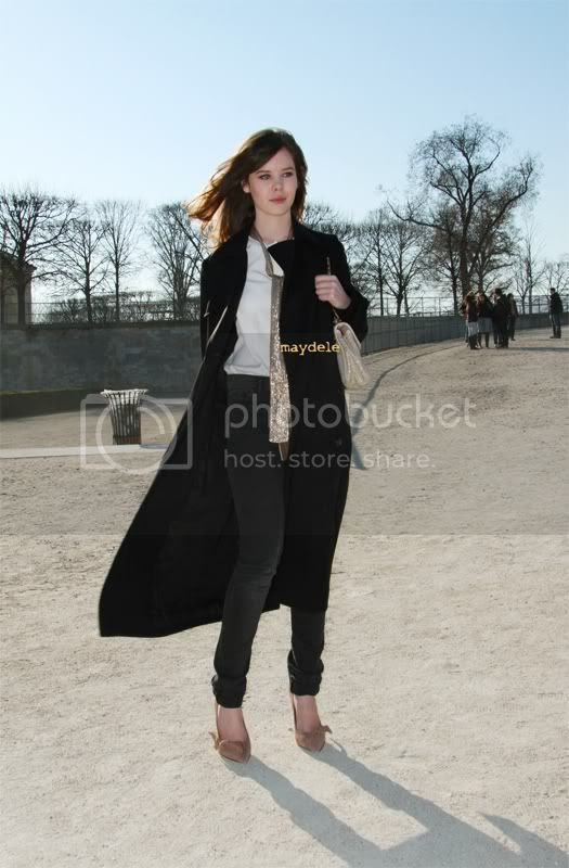 Lou Lesage wearing Isabel Marant shoes and carrying Chloé Elsie bag