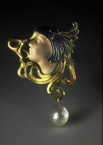 011- Broche con cabeza de mujer tocado con ala de pavo real-Lalique 1898-1899-© Les Arts Décoratifs